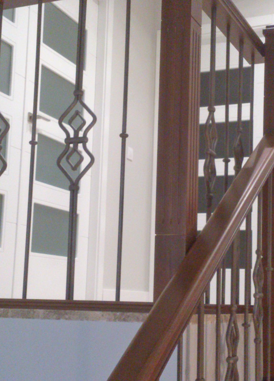 Barandas de escalera en acero cristal forja y madera - Barandas de forja para escaleras ...